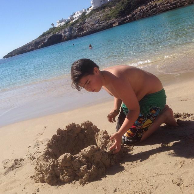 Ett barn. En strand. En grop. Ett hav. Lycka.