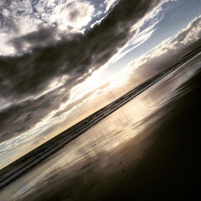 Stranden. Kvällen. En kvällspromenad. Den här dagen. Vackert.