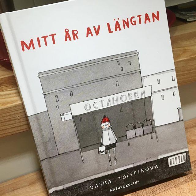Det här är en av de vackraste, mest poetiska och spännande barnböcker jag läst. Illustrationerna är som att vandra salig genom en konsthall. Men framför allt fångas jag totalt av 12-åriga ryska Dashas berättelse. Magisk bok! @naturochkultur