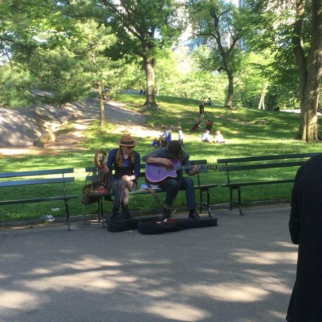 Plötsligt går en midsommarstång förbi i Central Park. Only in New York, kids. Only in New York.