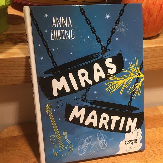 Underbar högläsningspärla! Av briljanta @annaehring - Augustprisnominerad och kvinnan bakom Syltmackor och oturslivet och Drakhjärta. Språket är magiskt bra, handlingen vardagligt hisnande. Jag blir helt lycklig av så här bra barnböcker. @bonniercarlsen
