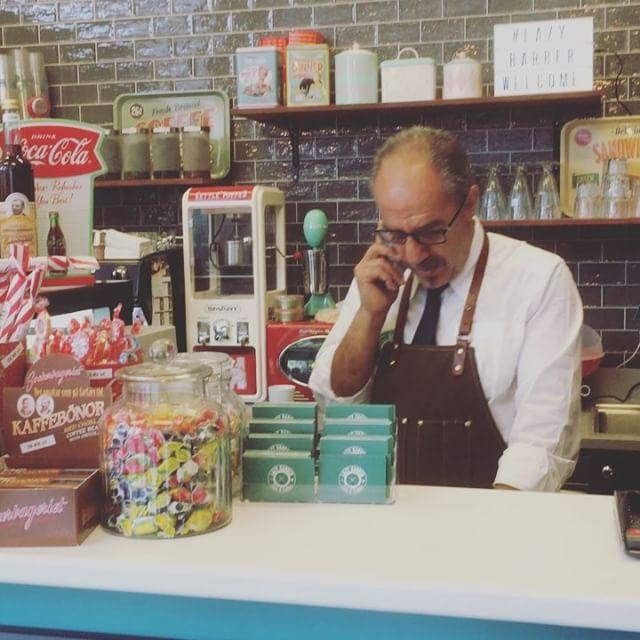 Nu ska jag bli vårfin hos vår älskade frisör Aydin på Lazy Barber. Det har blivit en coffeshop med extra allt. Så mysigt. Underbara Janet bjussar på sig själv som vanligt. @lazybarber