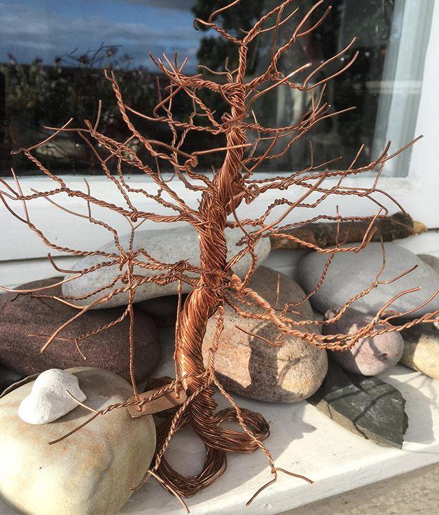 Livets träd. Det här handgjorda trädet fick jag av en kompis när jag fyllde femtio. Så fint - med en lekfull gunga i. Detblir dagens bild i