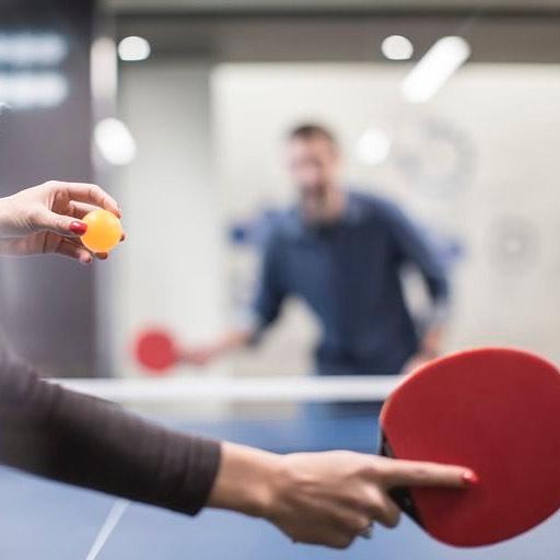 Viktig fråga till alla mina smarta tjejkompisar. Bordtennis. Ping-Pong. Jag har varit runt på många företag nu och ibland ser jag ett bordtennisbord på kontoren och blir lite lycklig. För att folk glatt spelar. Under kontorstid. Hurra! Men. Det är bara killar. Hittills har jag inte sett en enda tjej. Vad beror det på? A. Är det för att kvinnor/tjejer tycker att de har för mycket att göra och inte har tid att spela bordtennis? B. Har kvinnor fel sorts kläder på sig för att studsa runt, typ högklackat eller ömtåliga kläder? C. Ockuperar männen/killarna bordet så fort det flyttar in så att tjejerna inte vågar/får en chans? D. Tror kvinnor/tjejer inte att de kan spela bordtennis? Eller tillräckligt bra? E. Eller något hel annat? Jag håller på att grubbla ihjäl mig över det här nu. Så hjälp mig att fatta.