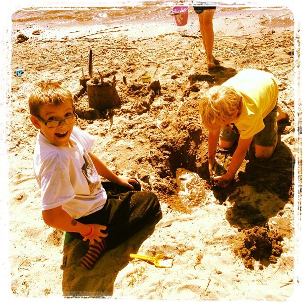 Glada poolare på stranden.