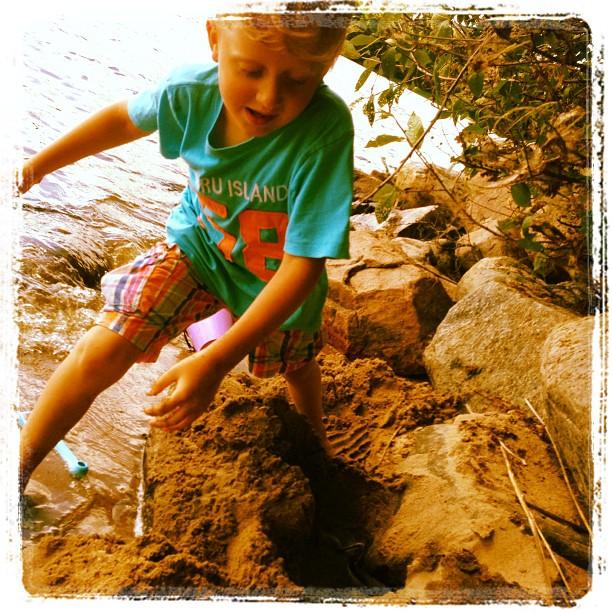 Leon gräver nästan lika bra som Vivi.