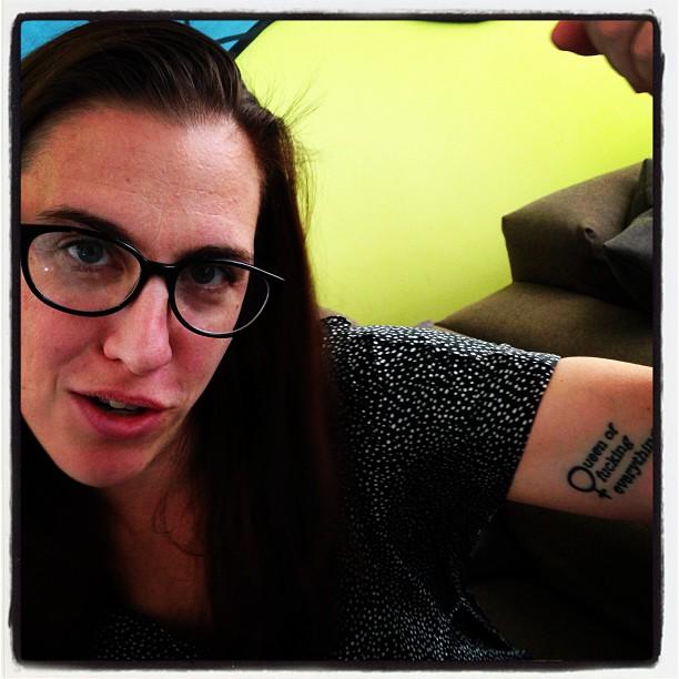Petra med tatueringen.