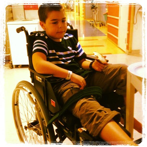 Vi blev inlagda. Trodde man väl aldrig. Ingen fraktur. Men kraftig infektion. Nu är vi inne på vår andra rullstol.