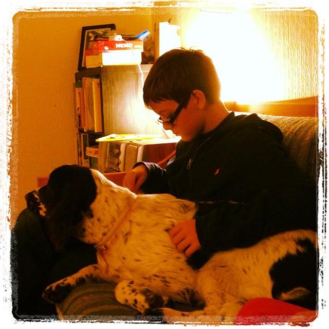 Mysstund med hund och god bok.