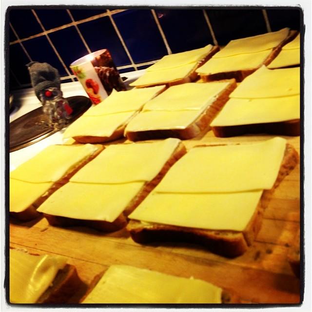 Smörgåsfabriken. I morgon är det utdelning till hemlösa och papperslösa. Du kan också göra något.