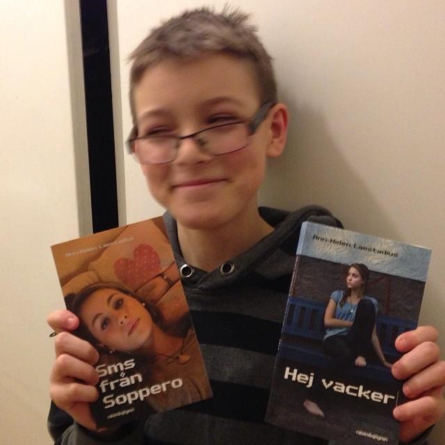 Glad Elliot fick två fina böcker, signerad av författaren i dag. Tack underbara Ann-Helen Laestadius!