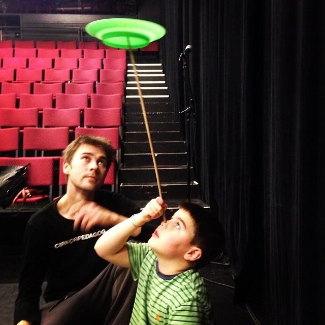 Movitz är familjens balanskonstnär. Cirkusskola ftw.