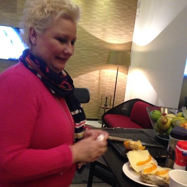 Anna går loss på frukostbordet på TV4 Nyhetsmorgon.