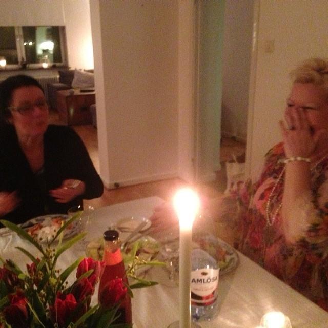 Middag med skrattbryt. Rally-Sally underhåller.