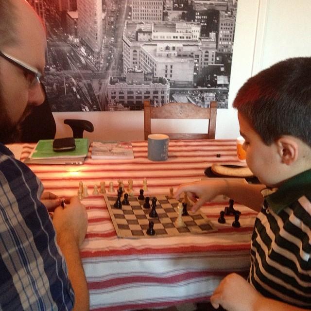 Självklart inleder man dagen med ett parti schack. Eller två.