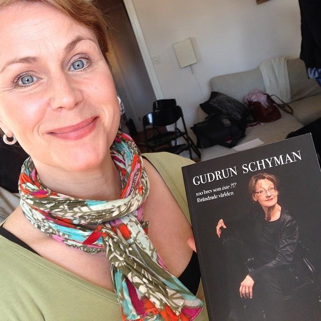Hanna läser Gudruns bok. På världsbokdagen.