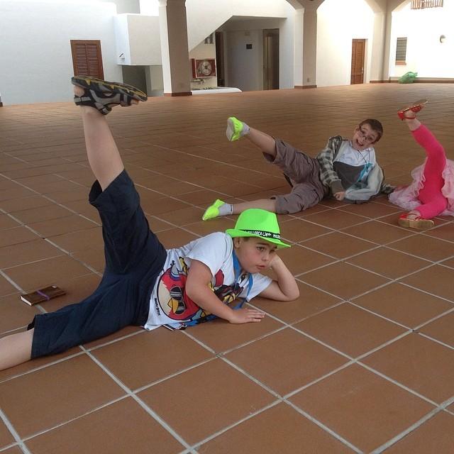Barnen förevisar hur det ser ut när mamma gympar på hotellets öppna scen. Haha!