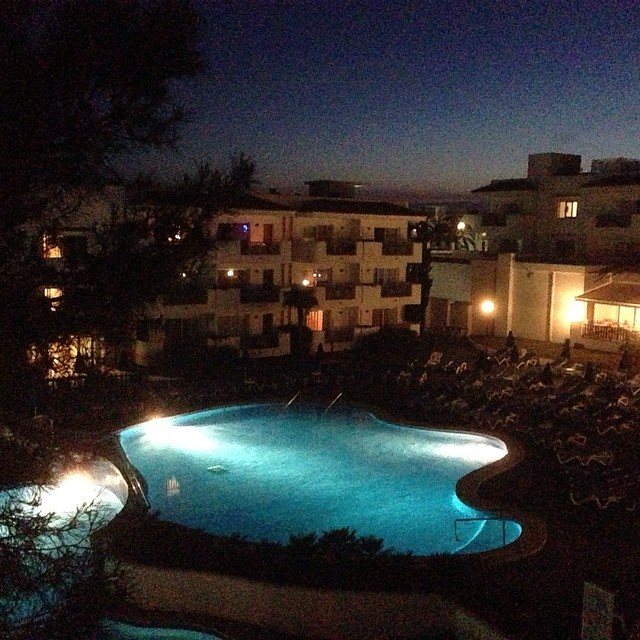 Kväll över Cala d'Or. Rum med utsikt.