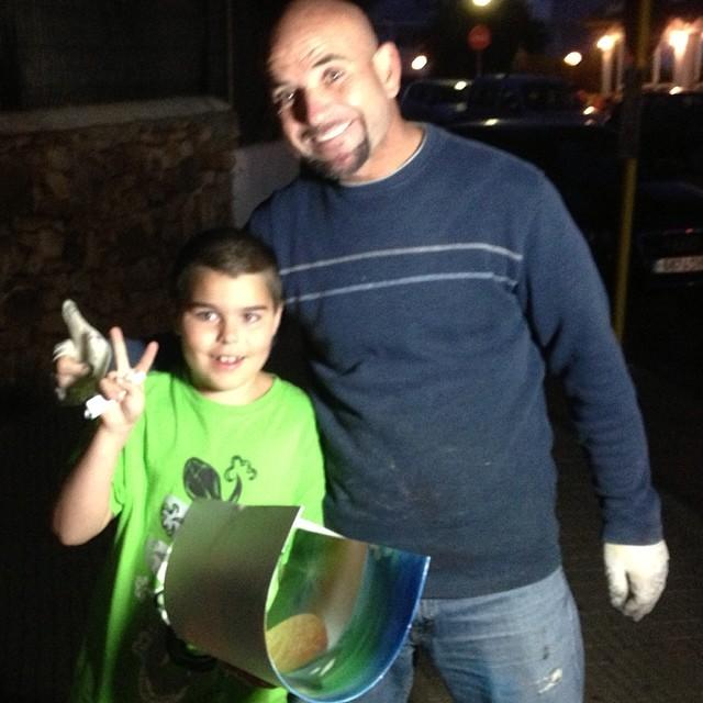 Movitz köpte en tavla och fick plåtas med den fantastiske gatukonstnären. Pappa älskade också de spanska gatumålarna. Allt går igen