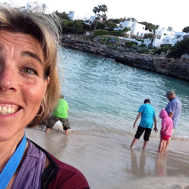 Och strandlivet fortsätter. Vi letar krabbor och snäckor.