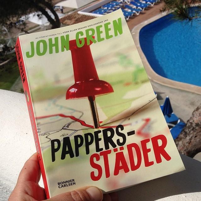 Sommarens måstebok! Jag njuter av varje sida. John Green har gjort det igen. Som döda poeters sällskap goes Ninja. Läs! Pappersstäder av John Green.