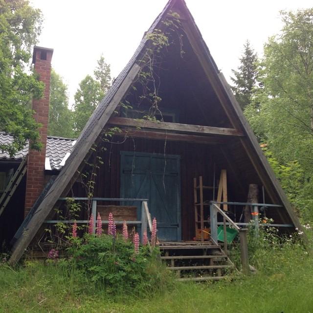 Fint hus mitt i skogen. Som ur en saga.
