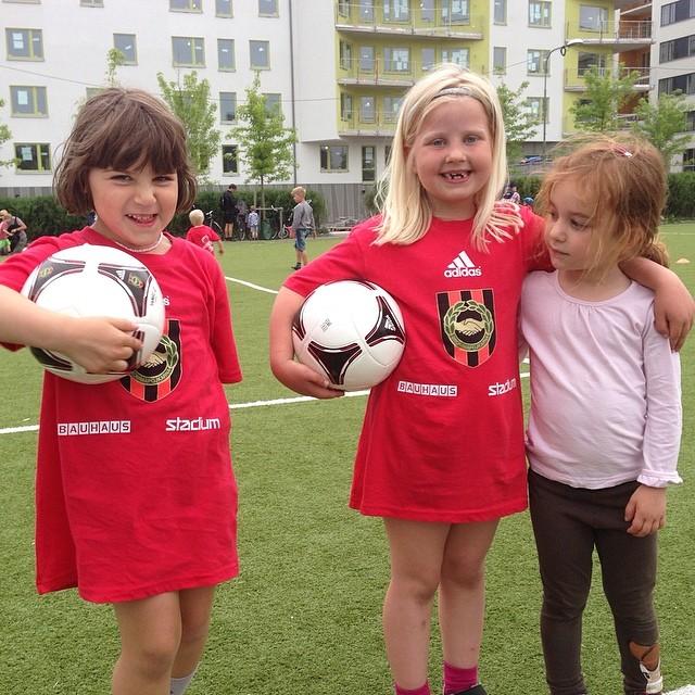 Härligt glada fotbollstjejer. Lykke, Estelle och Nora.