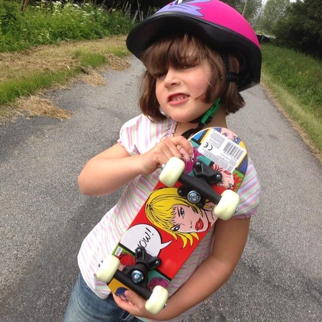 Hon ville absolut ha en skateboard. Och köpte den för egna pengar.