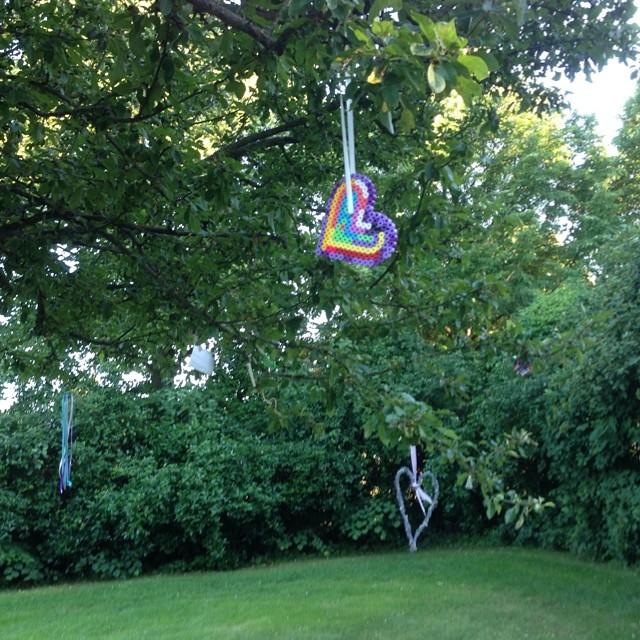 Och i träden hade barnen hängt upp hjärtan. Så himla fint.