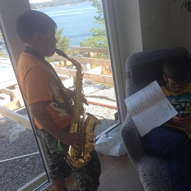 Klart man bjuder på lite saxofon när man blir hembjuden.