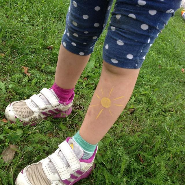 Det är Matildas första lopp. Hon är fem år. Och firar med en sol. Såklart. #50-lopp