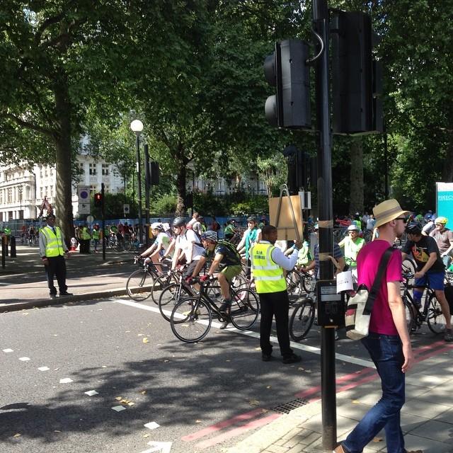Det pågår ett cykellopp i London. Men när folk vill över gatan får de bromsa och stanna.