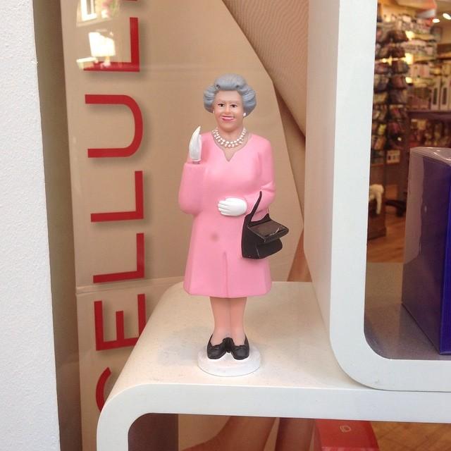 Drottningen vinkar! Med solkraft. Jag köpte en blå. Med hatt. Och blingbling.