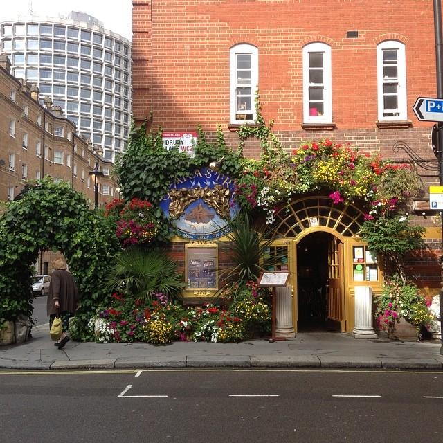 Ett helt vanligt gatuhörn i London.
