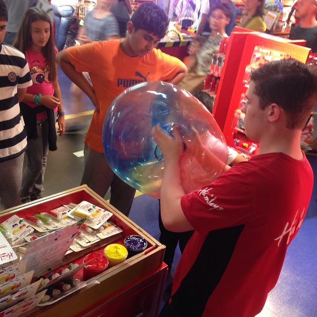 Hamleyskille gör magiska ballonger som man kan göra hål i!