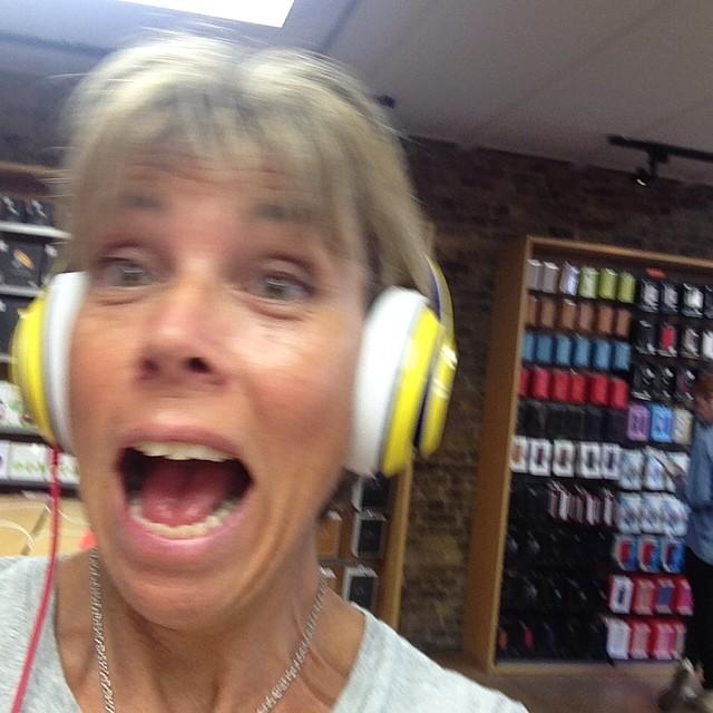 Nejdå. Mamma skämmer inte alls ut sig i apple butiken.