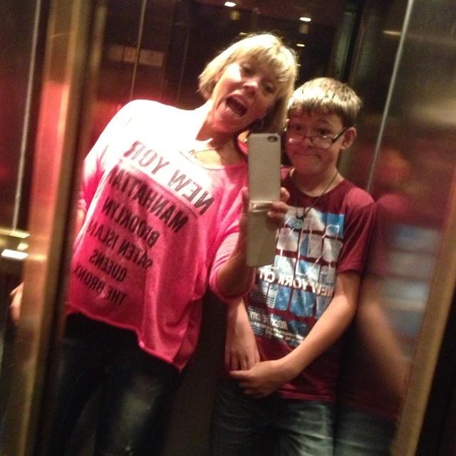 Om det finns speglar i hotellhissen går det inte att låta bli.