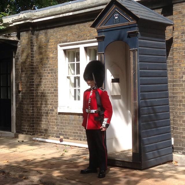 Varför står han där? Frågar @specielliot. Är det drottningens bastu?