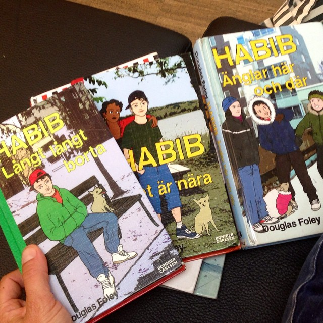 Vi är på biblioteket och länsar barnboksavdelningen. 11-åringen önskade sig Habib-böcker. Vi hittade massor.