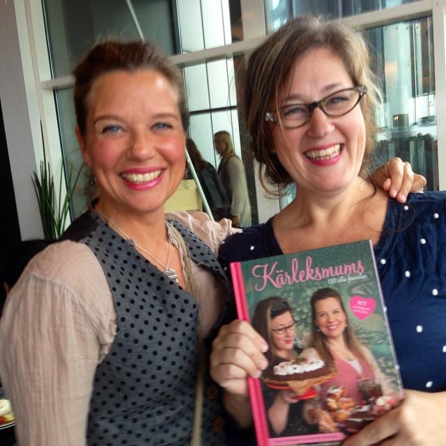Härliga Emma Hamberg och Anette Rosvall med sin nya kokbok.