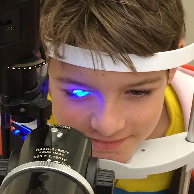 Jomensatte. I dag har vi varit på ögonakuten med Elliot. Det är så lite man vet om ögonen. Eller vetenskapen.