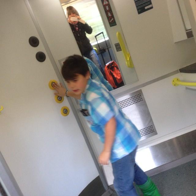 Det absolut mest spännande hittills: Toaletterna på Gatwick Express. Han vill ha en sådan hemma.