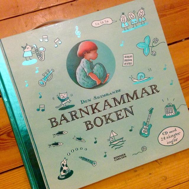 Dagens boktips! Sexåriga Lykke ÄLSKAR den här sångboken. Hon sitter och läser och sjunger själv i timmar. Hennes favorit på resor. CD ingår. (Bonnier Carlsén)