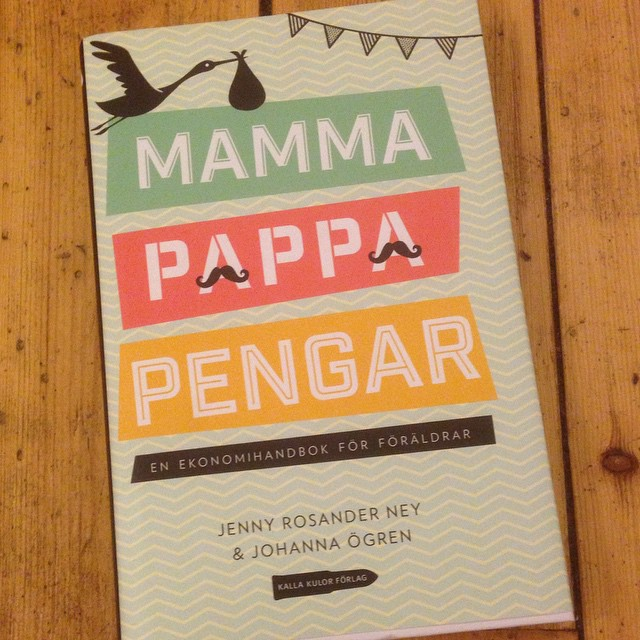 Dagens boktips! Vi måste prata om pengar. En väldigt lättläst hands-on-bok av Johanna Ögren, grundaren av Bokhora. Om allt från kalas till bostadsförsäljning. Köp! Bra investering. Kul och smart. Bra julklapp till nybliven familj.