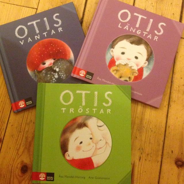 Dagens boktips. För de små. Otroligt fina böcker om Otis. Jag känner en liten kille sim har varit med om så mycket smärta och sorg. Redan. I sitt lilla liv. Och Otis tröstar är hans absoluta favoritbok. Otis tröstar. Så bra.