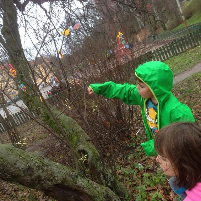 Gatukonst. Vi pyntar ett träd.