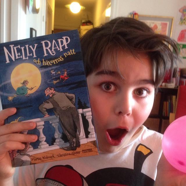 Lycka är...en ny Nelly Rapp-bok! Som han har längtat! Kommer i mars. Men jag såg att flera av Widmarks böcker finns på bokrean. Köp köp köp!