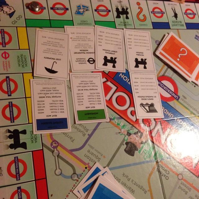 Vi spelar monopol. Vi har bestämt att jag ska vinna.