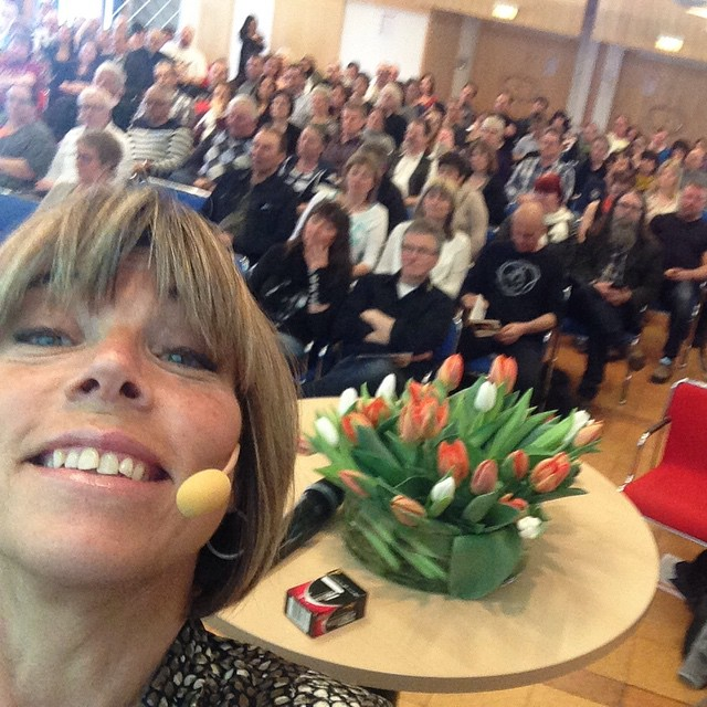 Dagens underbara publik. Fullsatt festligt och folkligt. Älska Skellefteå! Älska familjehem! Älska vanliga vettiga människor.
