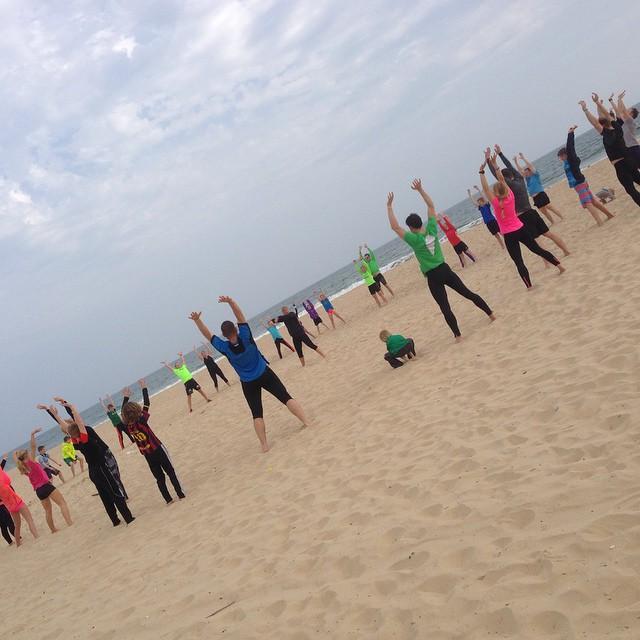 Familjen x-fit på stranden.